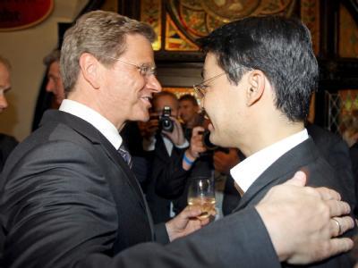 Der scheidende FDP-Bundesvorsitzende Guido Westerwelle scherzt mit seinem designierten Nachfolger Philipp Rösler beim Presseempfang zum Bundesparteitag der Liberalen.