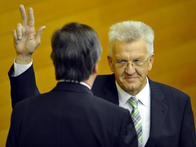 Winfried Kretschmann schwört nach seiner Wahl zum Ministerpräsidenten von Baden-Württemberg seinen Amtseid.