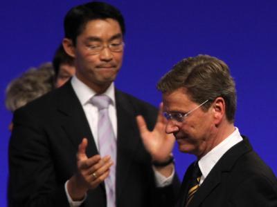 Guido Westerwelle nimmt beim Bundesparteitag den Beifall seines Nachfolgers Philipp Rösler entgegen.
