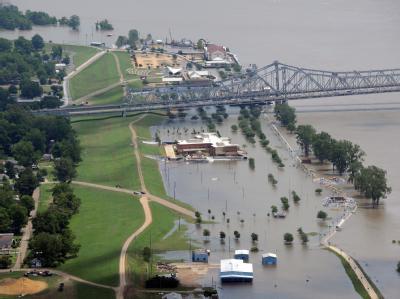 Spezialisten der US-Armee ein erstes Fluttor geöffnet. Damit wird ein Teil des Hochwassers im Bundesstaat Louisiana ins Hinterland abgeleitet.