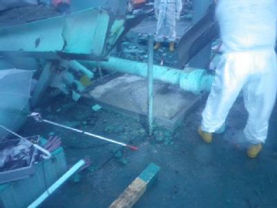 Spezialisten begutachten die Schäden am Reaktor 3.