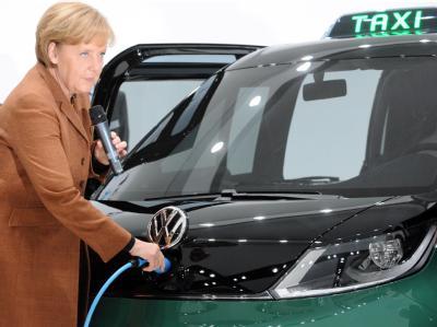 Bundeskanzlerin Angela Merkel lädt am 19.04.2010 auf der Hannover Messe in Hannover das Volkswagen Milano Taxi.