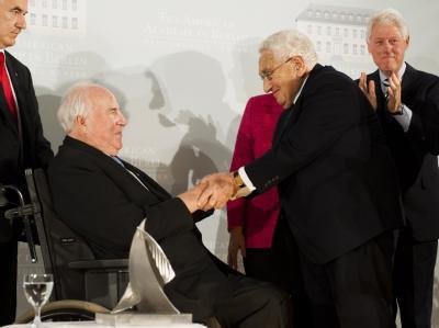 Der ehemalige US-amerikanische Außenminister Henry Kissinger (2. v. r.) gratuliert Altkanzler Helmut Kohl (l.) zum Henry-A.-Kissinger-Preis. Auch Ex-US-Präsident Bill Clinton (r.) applaudiert.