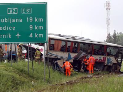 Retter untersuchen den verunglückten Bus.