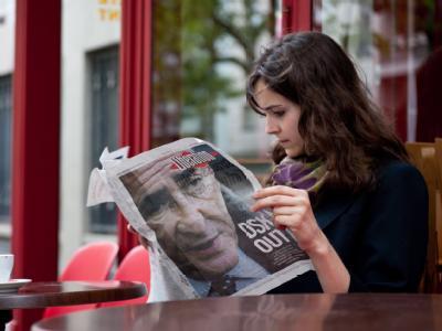 Die Presse heizt die Gerüchteküche an: Was hatte Strauss-Kahn in New York zu tun? Warum übernachtet er in einem teuren Hotel, obwohl ihm eine Wohnung in Manhattan zur Verfügung steht? Warum kommt ein Zimmermädchen in sein Zimmer, obwohl er noch nicht abge