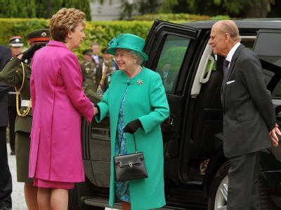 Irlands Präsidentin Mary McAleese empfängt die britische Königin Elizabeth II. und ihren Mann Prinz Philip in Dublin.