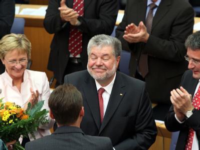 Der rheinland-pfälzische Ministerpräsident Kurt Beck (SPD,) nimmt im Landtag in Mainz nach seiner Wiederwahl Glückwünsche entgegen.