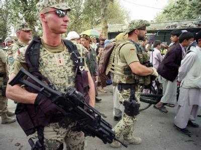 Bundeswehrsoldaten gehen in Talokan auf Streife, um Kontakt zur Bevölkerung aufzunehmen (Foto vom 30.09.2008).