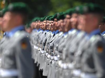 Soldaten des Wachbataillons der Bundeswehr sind auf dem Gelände des Bundesministerium der Verteidigung in Berlin für den Empfang eines ausländischen Gastes angetreten.