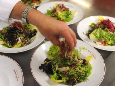 Salatteller auf der Ausgabentheke eines Restaurants: Eine «Hygiene-Ampel» für Lebensmittelbetriebe soll deutlich machen, ob dort sauber gearbeitet wird.