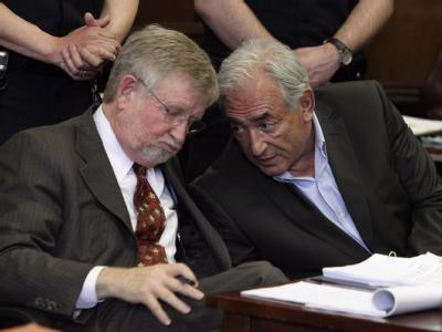 Dominique Strauss-Kahn (r) und sein Anwalt William Taylor besprechen sich während der Anhörung im Gerichtssaal.