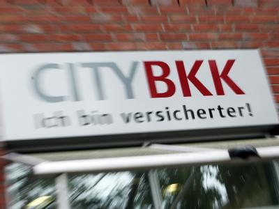 Das Firmenschild der City BKK Krankenkasse an einem Verwaltungsgebäude in Hamburg.