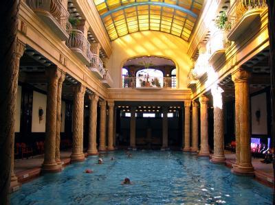Das innere Schwimmbecken des Gellert-Hotels in Budapest (Archivbild).