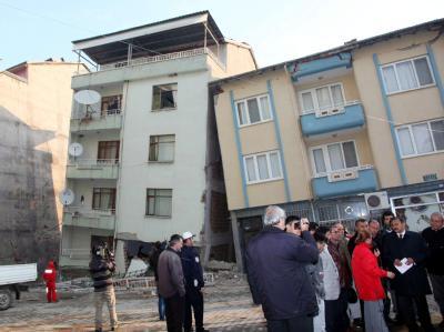 Ein vom Erdbeben beschädigtes Gebäude im Ort Simay im Westen der Türkei.
