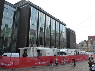 Fernsehsender haben vor der Bürgerschaft in Bremen mit ihren Übertragungswagen Position bezogen.