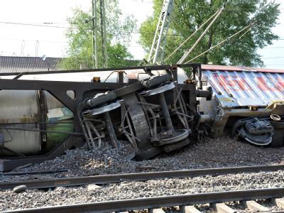 Entgleiste Güterzugwaggons in der Nähe des Bahnhofs von Müllheim (Breisgau-Hochschwarzwald): Mindestens acht Waggons sind von den Gleisen gesprungen.