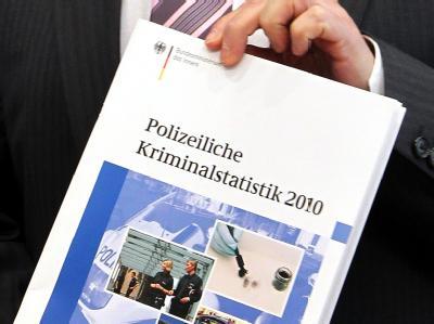Innenminister Friedrich präsentiert die Polizeiliche Kriminalstatistik 2010.