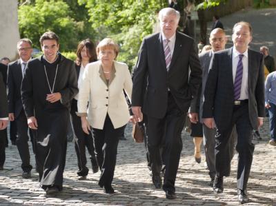 Bundeskanzlerin Merkel, Bayerns Ministerpräsidenten Seehofer und den CSU-Generalsekretär Dobrindt bei der CSU-Klausurtagung im Kloster Andechs.