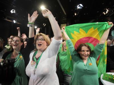 Parteianhänger der Grünen jubeln in Bremen nach der ersten Prognose für die Bürgerschaftswahl.