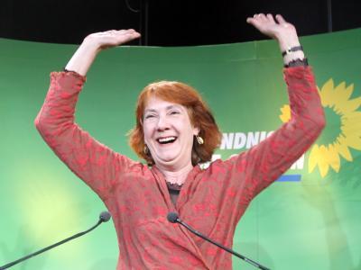 Die Grünen-Spitzenkandidatin, Karoline Linnert, jubelt in Bremen nach der ersten Prognose für die Bürgerschaftswahl.