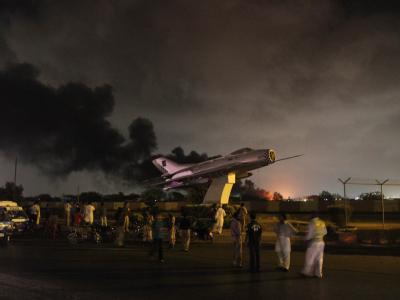 Mehrere schwer bewaffnete Männer sind in einen Stützpunkt von Marinefliegern in der pakistanischen Hafenstadt Karachi eingedrungen.