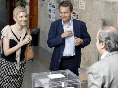 Spaniens Ministerpräsident Jose Luis Rodriguez Zapatero und seine Frau bei der Stimmabgabe zu den Regional- und Kommunalwahlen.