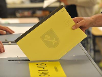 Ein Wähler gibt seine Stimme für die Bürgerschaftswahlen in Bremen ab.