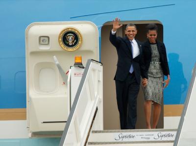 US-Präsident Barack Obama und First Lady Michelle Obama steigen auf dem Flughafen Dublin aus ihrem Flugzeug, der Air Force One.