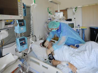Ein Krankenpfleger versorgt in einem Hamburger Krankenhaus einen mit dem EHEC-Erreger erkrankten Patienten.