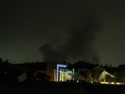 Rauch über Tripolis: Wie in der vergangenen Nacht haben Nato-Kampflugzeuge Ziele rund um die Residenz von Muammar al-Gaddafi angegriffen.