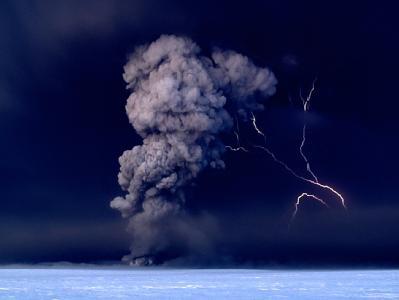 Vulkan Grimsvötn in Island: Die Aschewolke hat inzwischen Deutschland erreicht - bei mehr als zwei Milligramm Asche pro Kubikmeter Luft darf nicht mehr geflogen werden.
