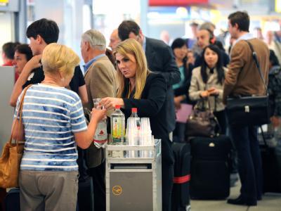 Vulkanasche sorgt für Flugverbote in Berlin - auch am Flughafen Tegel mussten Reisende warten.