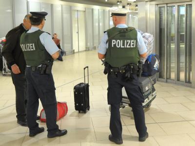 Zwei Bundespolizisten mit Maschinenpistolen im Flughafen in Hannover bei der Gepäckkontrolle: Die Anti-Terror-Gesetze laufen aber 2012 aus. Union und FDP streiten heftig über eine Verlängerung.