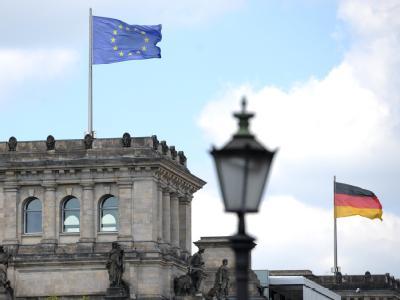 Eine Europafahne weht auf dem Reichstagsgebäude in Berlin.