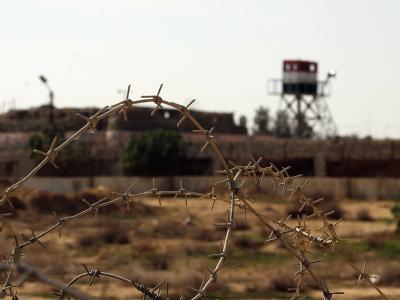 Ein ägyptischer Wachturm hinter einem Stacheldrahtzaun an der Grenze zwischen dem Gazastreifen und Rafah in Ägypten zu sehen.