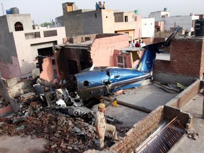 Das Wrack der Maschine im Häusergewirr von Faridabad bei Neu Delhi.