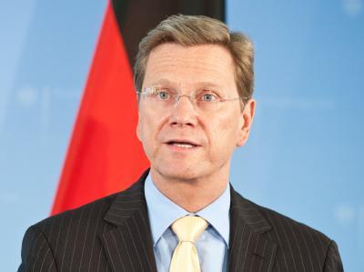 Außenminister Guido Westerwelle: «All diejenigen, die augenblicklich den Euro oder auch Europa nicht mehr ganz so wichtig nehmen, sollen sich einmal überlegen, was aus der deutschen Wirtschaft würde, ohne den Euro, ohne Europa. Dann ging es aber mit uns b