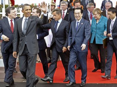 US-Präsident Barack Obama (2.v.l.) winkt am beim G8-Gipfel vor der Villa le Cercle in Deauville (Frankreich) zu den Zuschauern, während er mit dem Präsidenten der Europaeischen Kommission, Jose Manuel Barroso (l.), Frankreichs Praesident Nicolas Sarkozy (