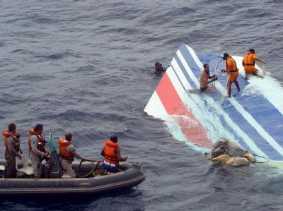 Ein Wrackteil der abgestürzten Air-France-Maschine AF 447 wird von einem Rettungsteam der brasilianischen Marine im Atlantik geborgen (Archivfoto).
