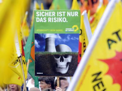 Mit Fahnen und Plakaten demonstrieren mehrere tausend Menschen für das Abschalten aller Atomkraftwerke in Hannover.