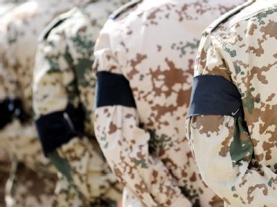 Soldaten mit Trauerbinden am Arm im Feldlager Masar-i-Scharif.