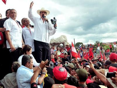 Der 2009 entmachtete honduranische Präsident Manuel Zelaya wird bei seiner Rückkehr in seine Heimat von seinen Anhängern umjubelt.