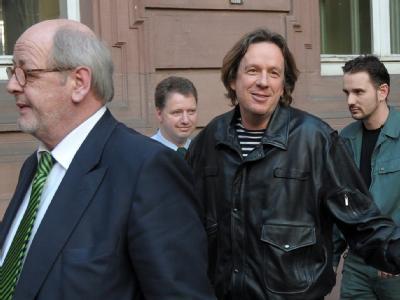 24. März 2010: Jörg Kachelmann (M) geht nach seinem Haftprüfungstermin zu einen Gefangenentransporter.