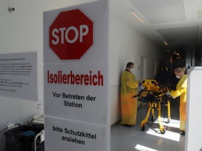 Mitarbeiter in Schutzanzügen in einer Isolierstation. Noch kann in Sachen EHEC keine Entwarnung gegeben werden.