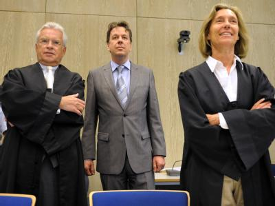 Jörg Kachelmann neben seinen Anwälten Johann Schwenn und Andrea Combe.