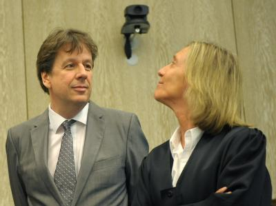 Jörg Kachelmann mit seiner Anwältin Andrea Combe im Gerichtsaal.