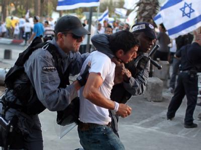 Ein rechtsgerichteter, israelischer Aktivist wird bei einem Marsch durch Jerusalem festgenommen.