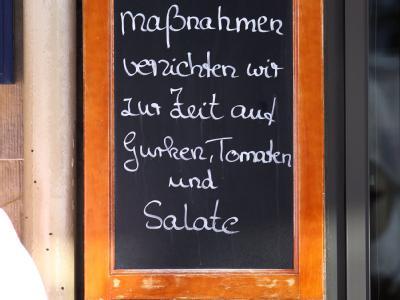 Auf einer Tafel informiert ein Restaurant in der Lübecker Innenstadt über Vorsichtsmaßnahmen wegen EHEC.