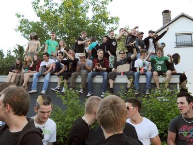 Hunderte Facebook-Fans feierten in Hamburg auf der Straße vor dem Haus von Thessa. Mehrere Einsatzgruppen der Polizei lösten die Party am Ende auf.