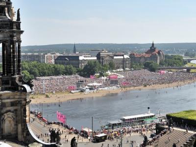 Abschluss am Sonntag: 120 000 Menschen strömten zu dem Open-Air-Gottesdienst an beide Ufer der Elbe.